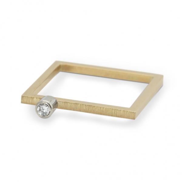 złoty pierścionek z brylantem z kolekcji kwadratowa delikatność, jabłońska jewellery, ja biżuteria