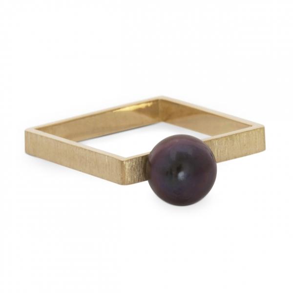 złoty pierścionek, czarna perła na złotym kwadracie, ja. jabłońska biżuteria