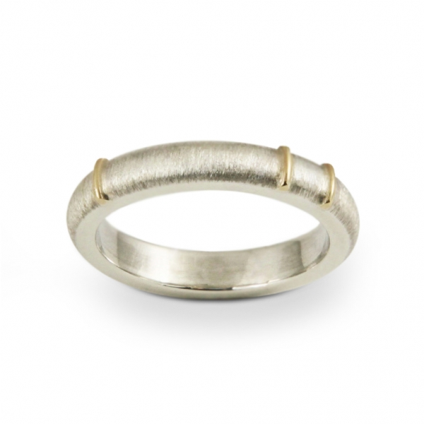 Srebrna obrączka naznaczona złotem.