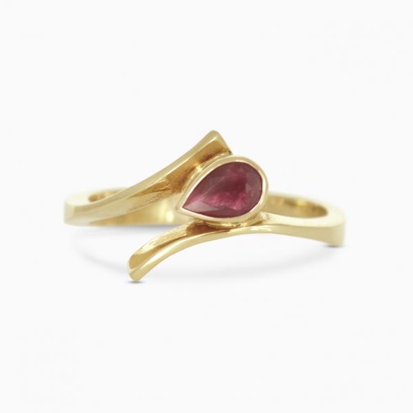 złoty pierścionek z rubinem, ja. jabłońska  biżuteria