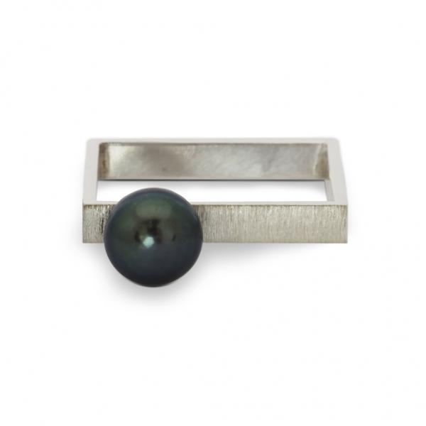 srebrny kwadratowy pierścionek z ciemna perłą, jabłońska biżuteria, ja