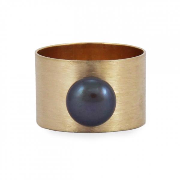 szeroki złoty pierścionek, czarna perła, jabłońska jewellery
