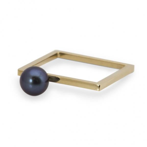 złoty kwadrat z czarną perłą z kolekcji kwadrtowa delikatność