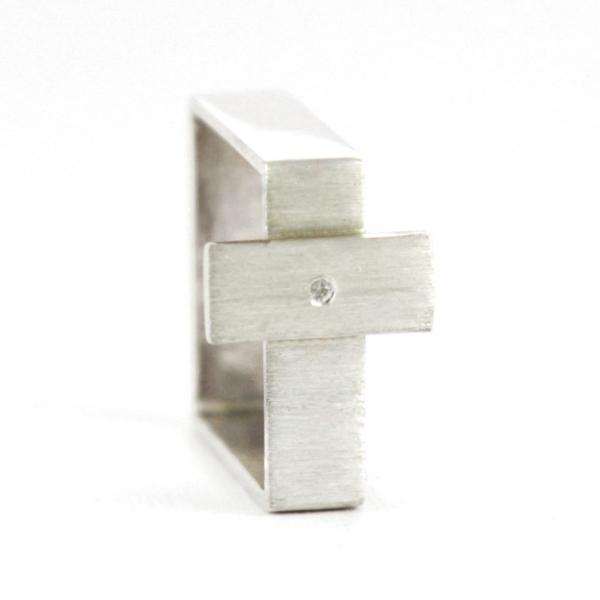 Srebrny pierścionek-kwadrat z krzyżykiem.