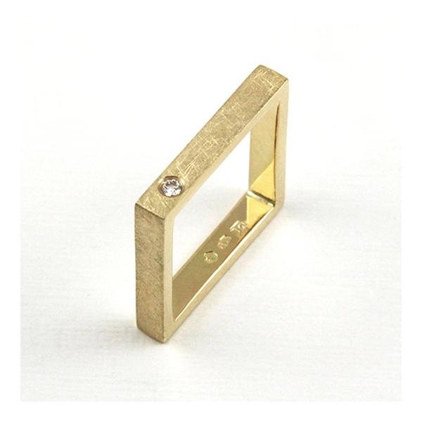 złoty kwadratowy pierścionek z brylantem, ja. jabłońska biżuteria,