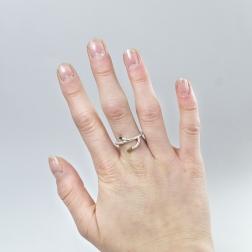 Srebrny pierścionek-gałązka z hematytami.