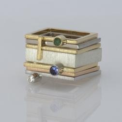złoty krzyżyk na kwadratowym pierścionku, ja. jabłońska biżuteria
