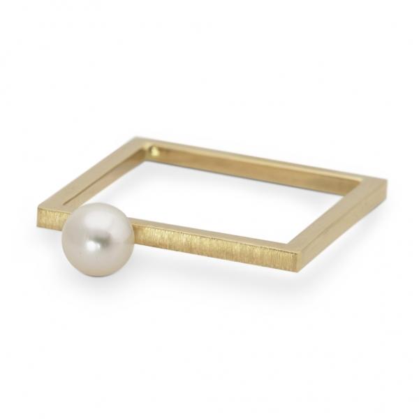 złoty kwadrat z białą perłą z kolekcji kwadratowa delikatność