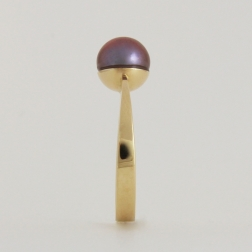 gold ring with lilac pearl