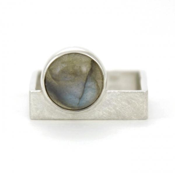 Srebrny pierścionek-kwadrat z labradorytem.