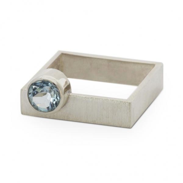 Srebrny pierścionek-kwadrat z topazem.