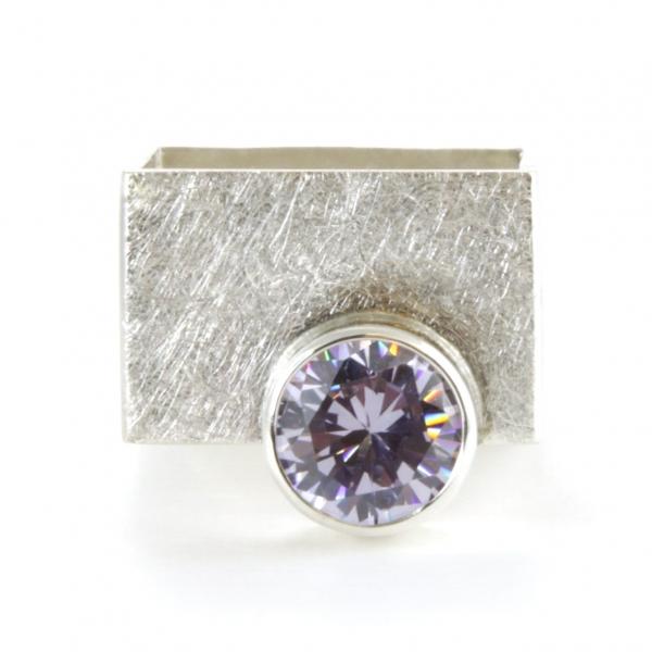 Szeroki kwadratowy pierścionek z cyrkonią.