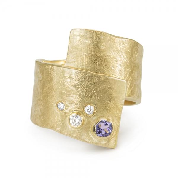 Złoty pierścionek-taśma z brylantami i tanzanitem.